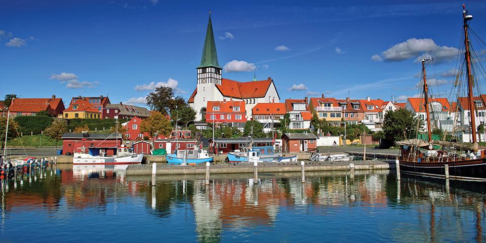 Solen skinner på Bornholms største by, Rønne.
