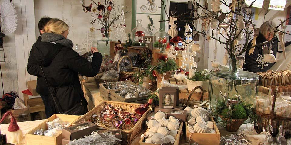På Egeskov Slots julemarked, finder man alt hvad hjertet kan begære.