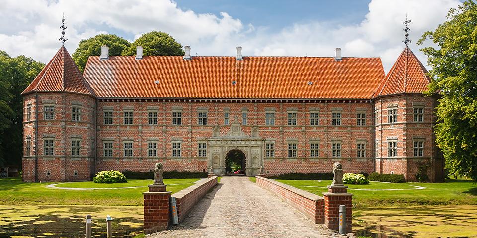 Bag murene gemmer Voergaard Slot på uhyggelige spøgelseshistorier og eventyrlige fortællinger.