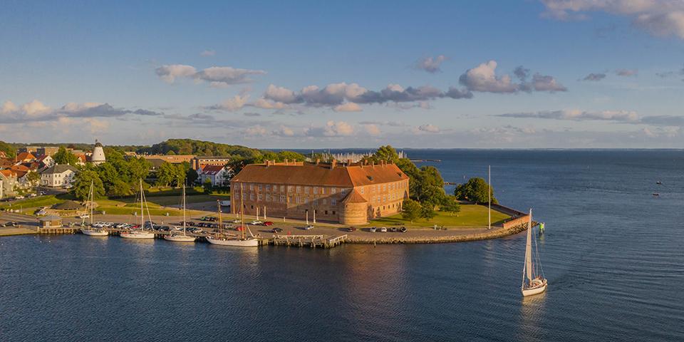 Sønderborg Slot ligger smukt ud til fjorden.