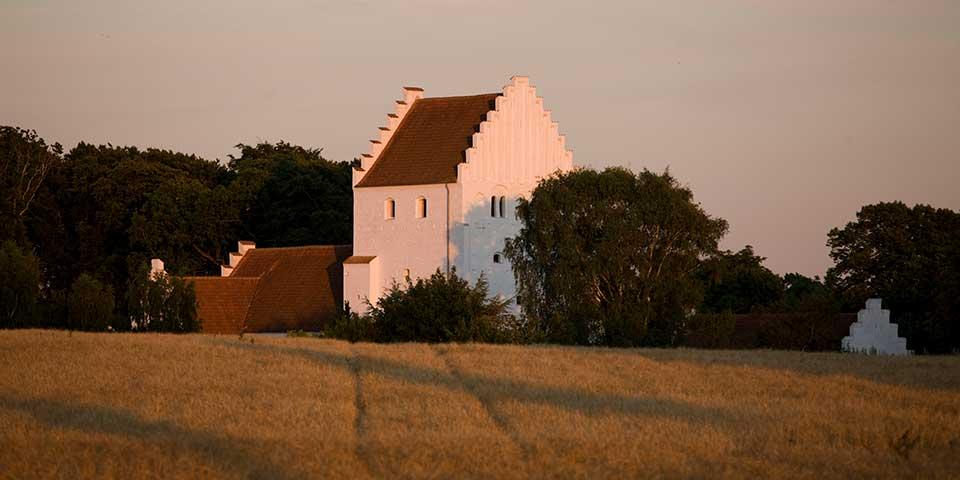 Efterår ved kirke på Samsø.