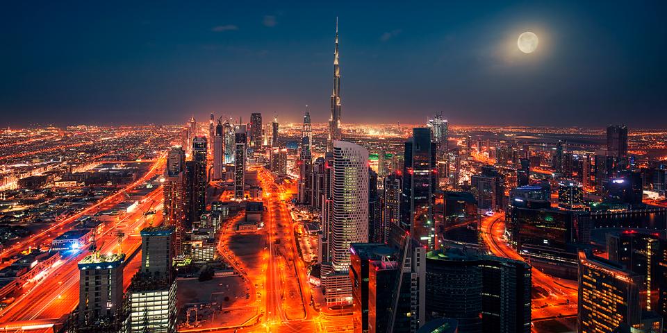 Månen hænger over Dubai skyline.