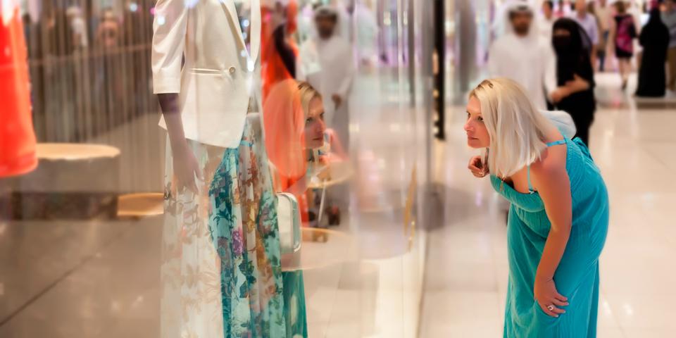 En kvinde shopper i det imponerende Dubai Mall.