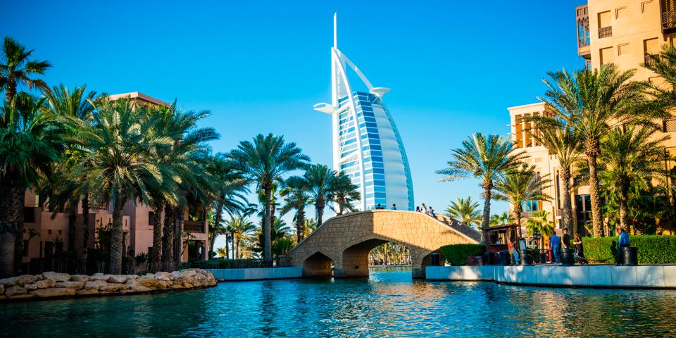 Udsigt til Burj Al Arab fra en af byens gamle Souk'er.