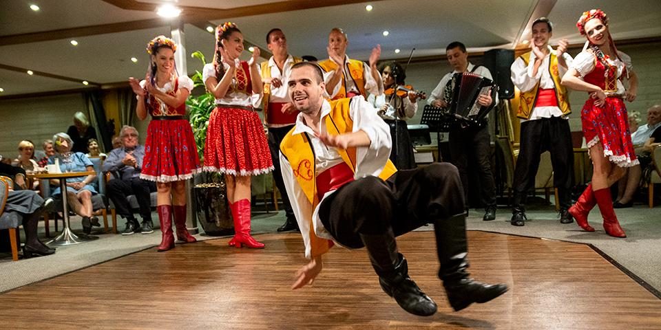 Festligt show med serbisk folklore.
