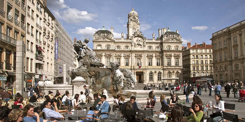 Place des Terreaux med det prominente springvand i Lyon.