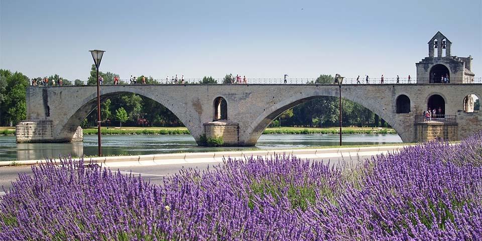 Stenbroen fra 1200-tallet Pont St-Bénézet, der er Avignons vartegn.