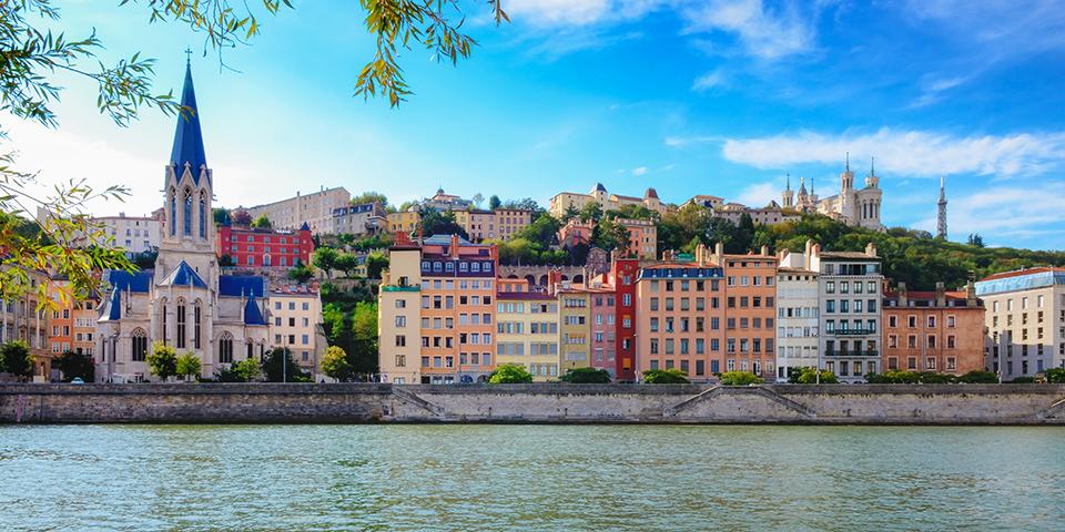 Lyon ligger smukt ved Rhônefloden.