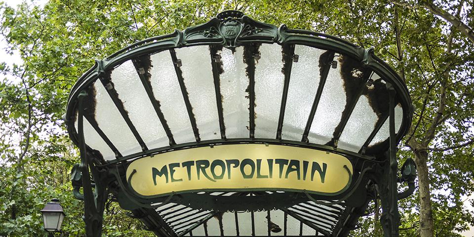 Med metroen kommer man nemt rundt i Paris.