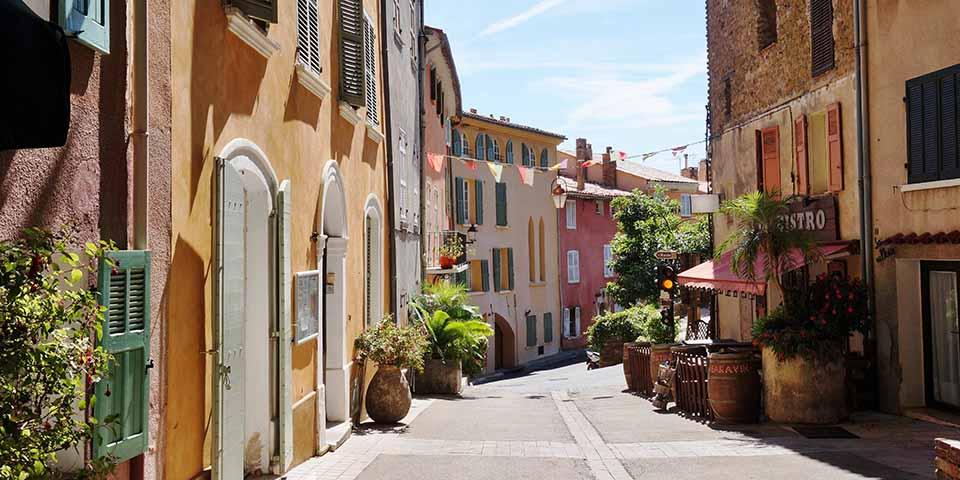 Den smukke og farverige by Bormes Les Mimosas.