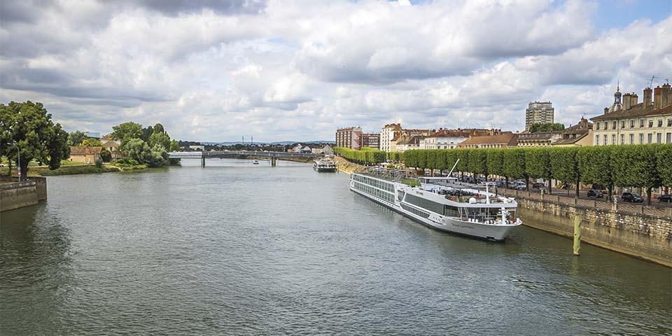 Ved floden i Chalon sur Saône ligger flodkrydstogtskibet og venter.