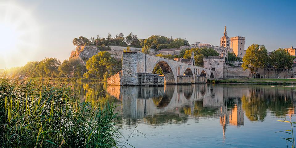Den karakteristiske halve bro ved Avignon med pavepaladset i baggrunden.