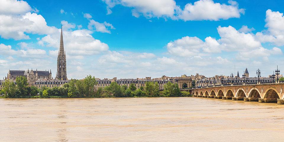 Bordeaux ligger smukt ved Garonnefloden.