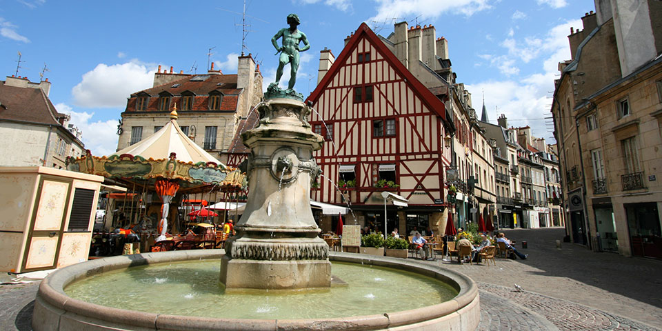 Springvand på hyggelig plads i Dijon.