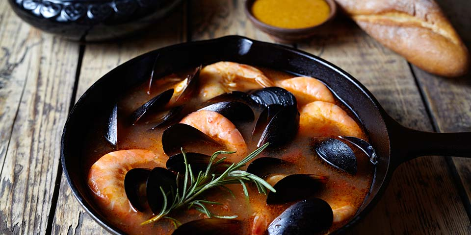 Prøv den smagfulde fiskesuppe bouillabaisse ved Rivieraen.
