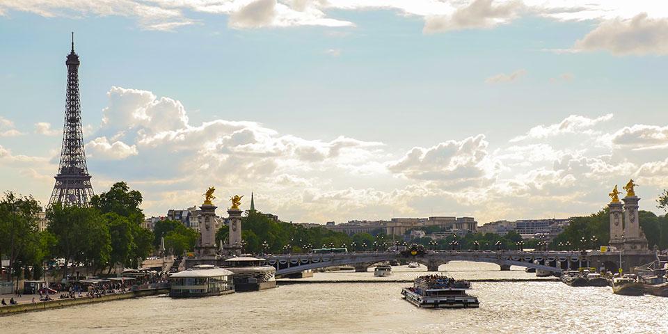 Eiffeltårnet og Seinen i solskin.