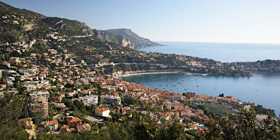 De mondæne byer ligger smukt ud til Middelhavet på rivieraen.