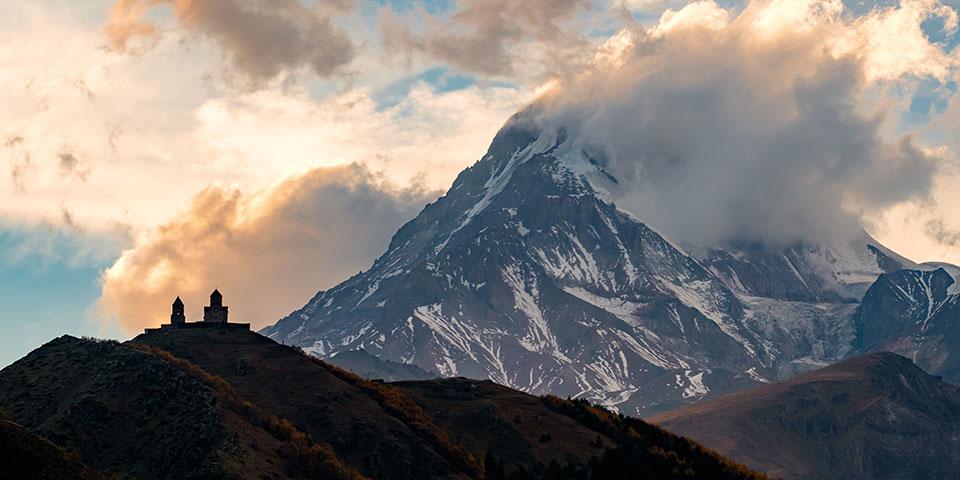 Treenighedskirken med Kaukasus i baggrunden.