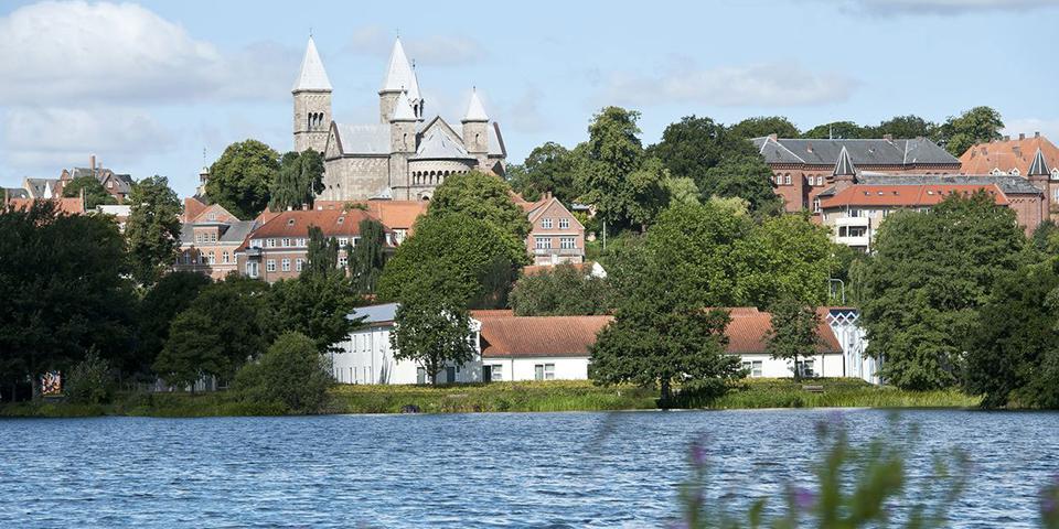 Golf Hotel Viborg ligger lige ved Søndersø og nær Viborg Domkirke.