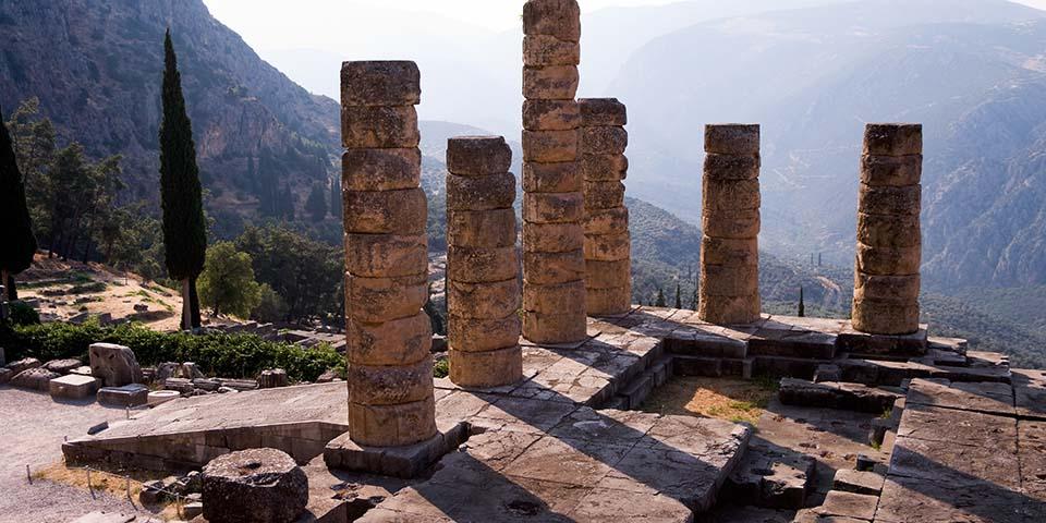Resterne af Apollontemplet i Delfi.