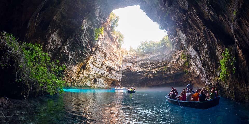 Vi sejler en tur på søen i grotten som ligger i Melisani.