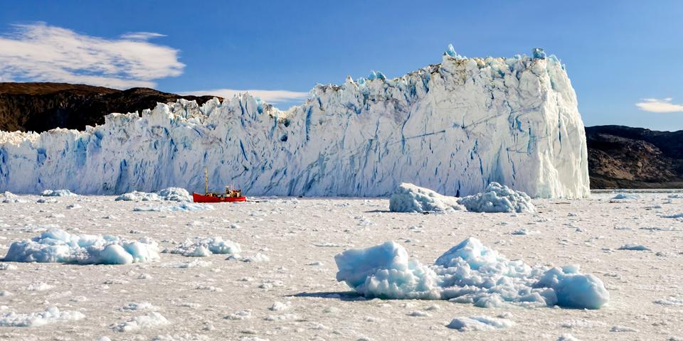 Den kælvende gletsjer Eqi.