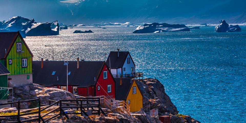Uummannaq ligger på ø, omgivet af stejleisbjerge.