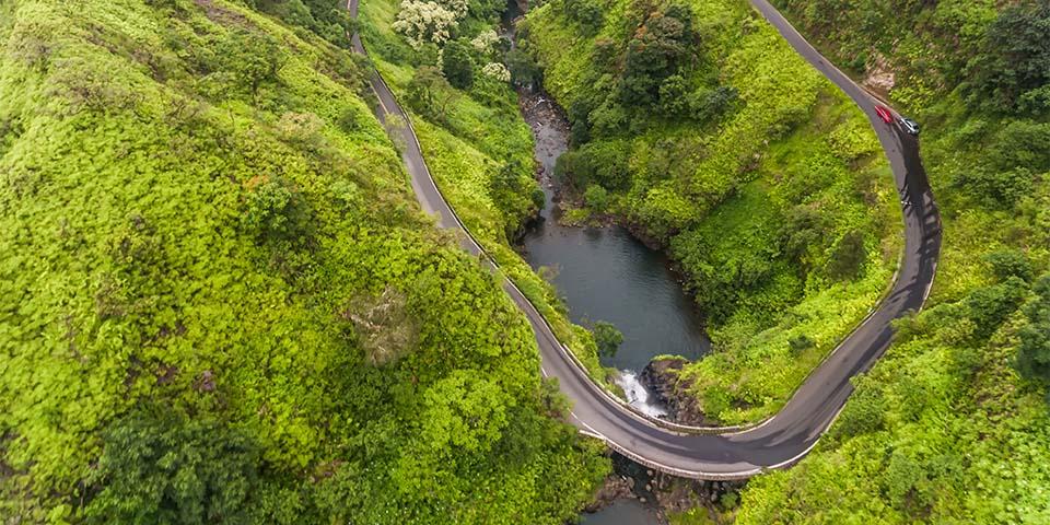 Hana Highway snor sig gennem utallige sving, broer, vandfald og mageløse udsigter.