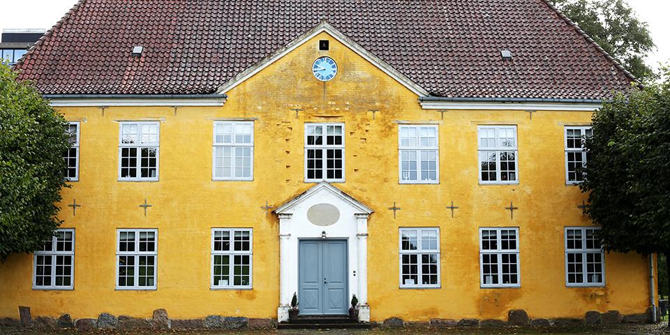 Herningsholm Museum, som ligger i byens ældste bygning fra 1579.
