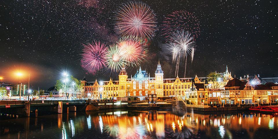Farvestrålende fyrværkeri over Amsterdam.