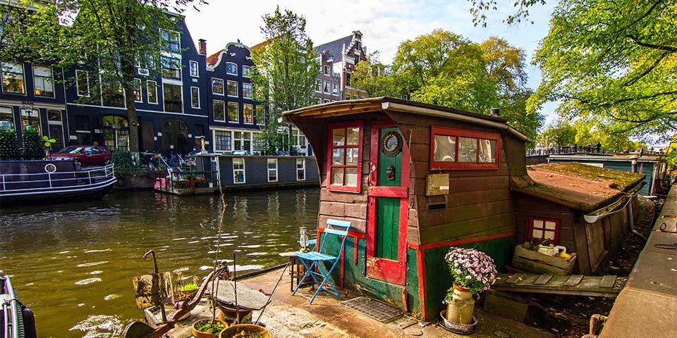 Vidunderlige Amsterdam med de mange kanaler og husbåde.