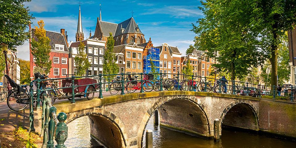 Fine huse ved Amsterdams berømte kanaler.