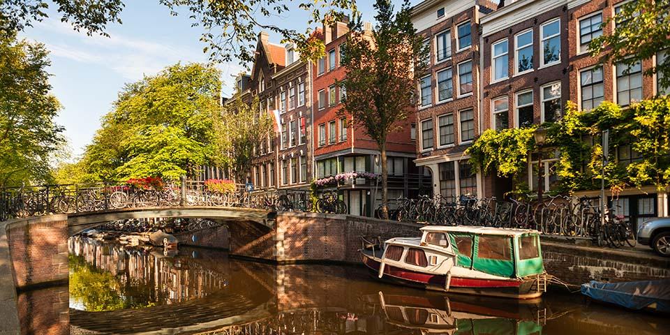 Glæd dig til kanalrundfart i Amsterdams hyggelige kanaler.