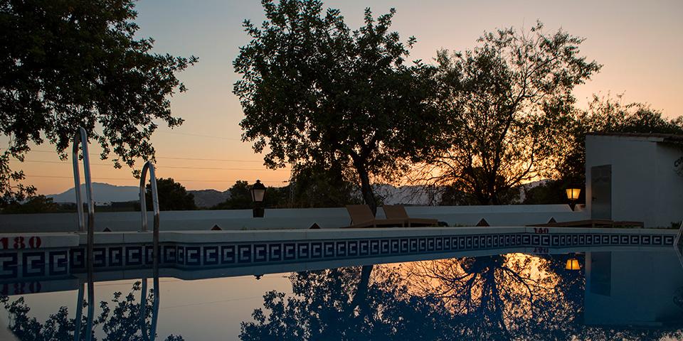 Aftenslys over poolen på vores hyggelige hotel.