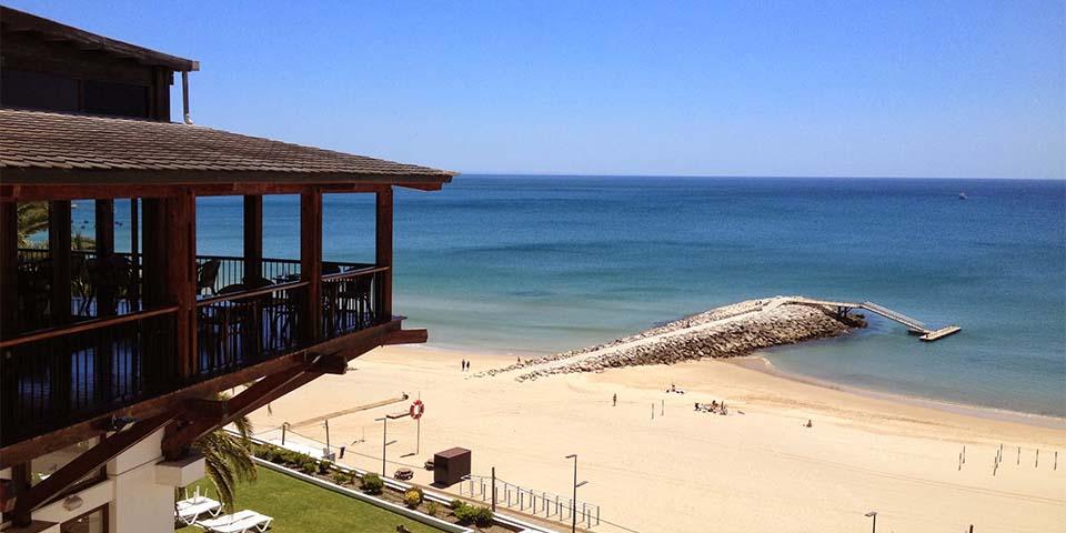 Hotellets bar med udsigt over Atlanterhavet.