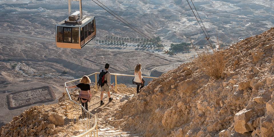 Med svævebane kører vi op til den berømte klippefæstning Masada.