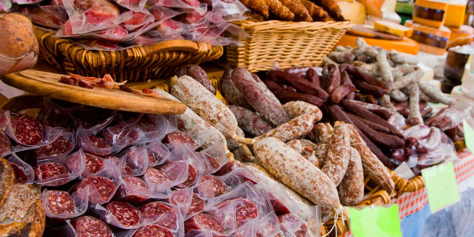 Italienske pølser på lokalt marked.