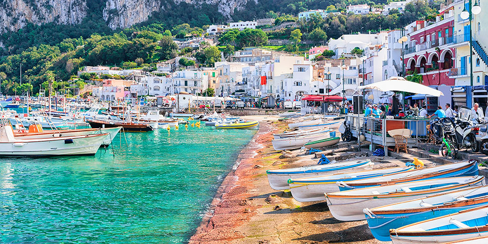 Hyggelig havn med farverige huse på Capri.