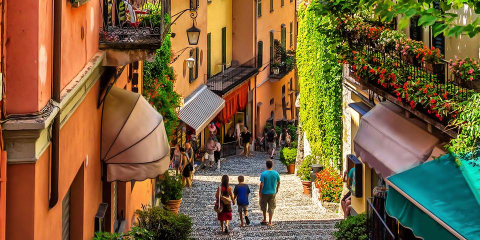 Farverig gade i Bellagio, der er en af de smukkeste byer i Italien.