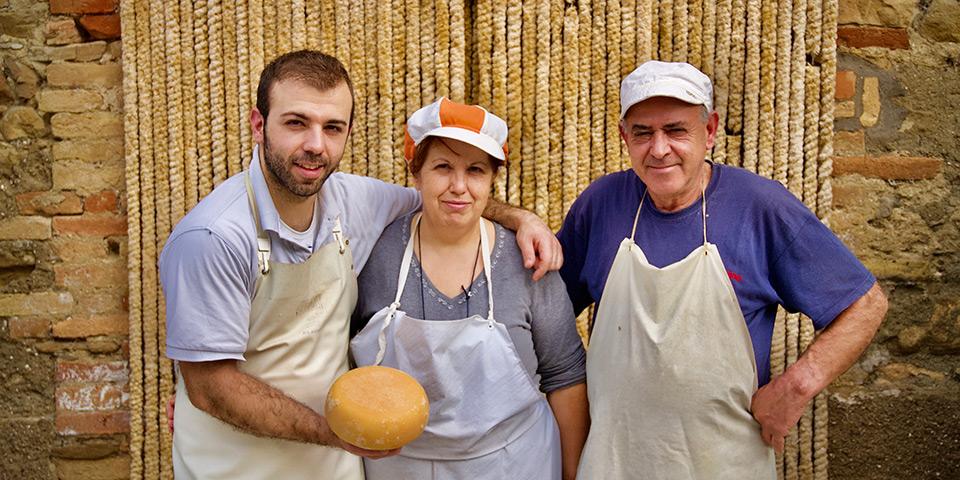 På besøg hos Montones lokale osteproducent, Antonello Monni,