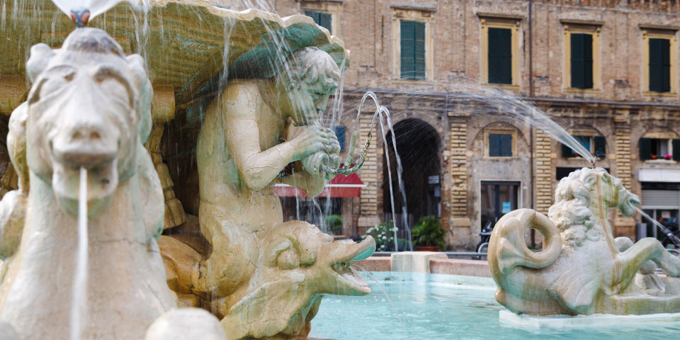 Triton-springvandet på Piazza del Popoli i Pesaro.