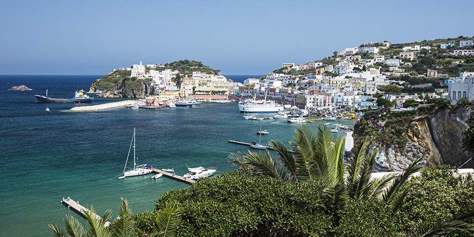 Mageløs natur med klipper på øen Ponza.