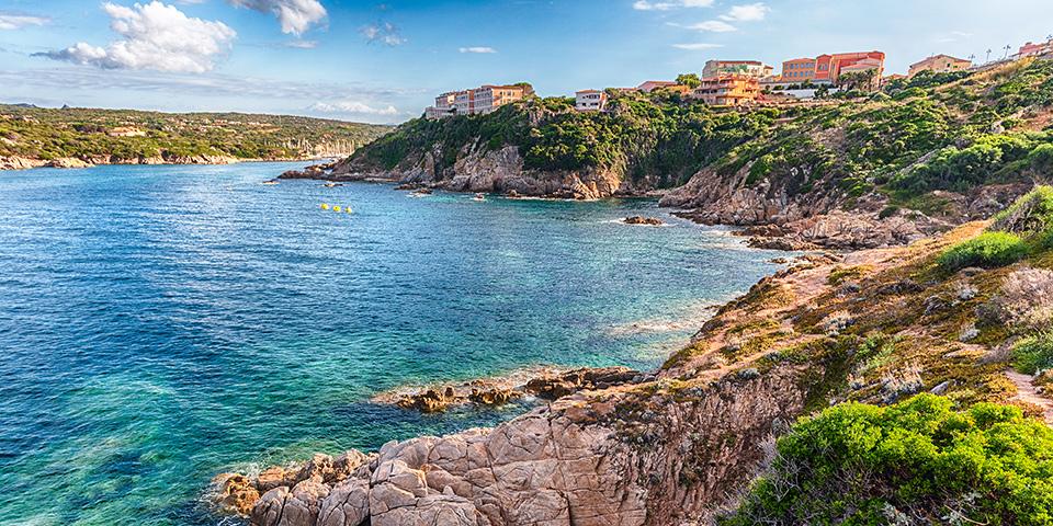 Byen Santa Teresa di Gallura ligger med en skøn udsigt over Bonifacio-strædet.