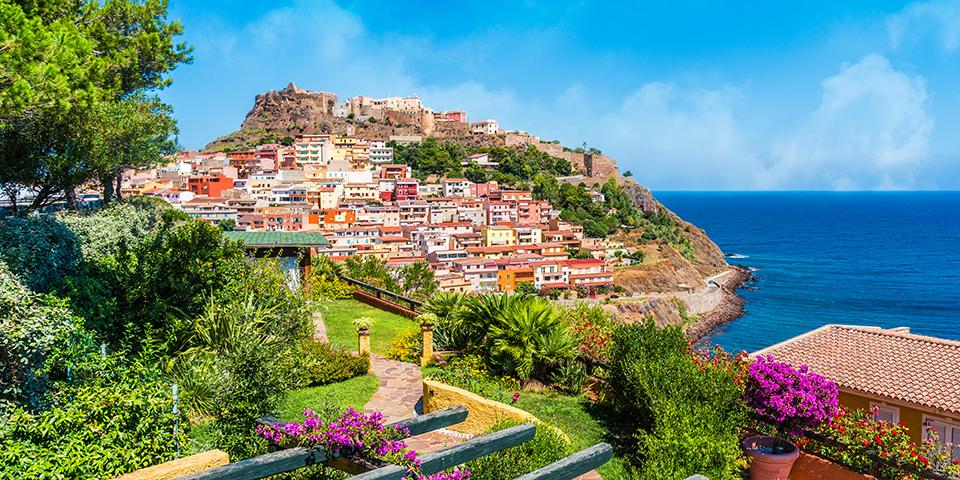 Kig til den maleriske middelalderby Castelsardo.