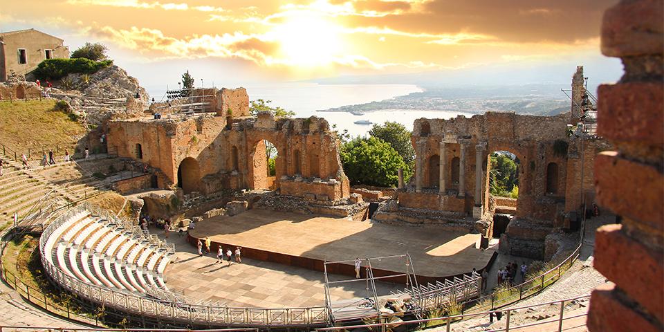 Det smukke græske teater i Taormina er et besøg værd.