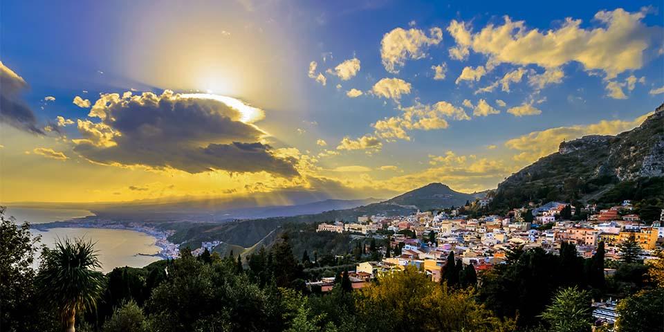 De sidste solstråler falder flot nedover Taormina.