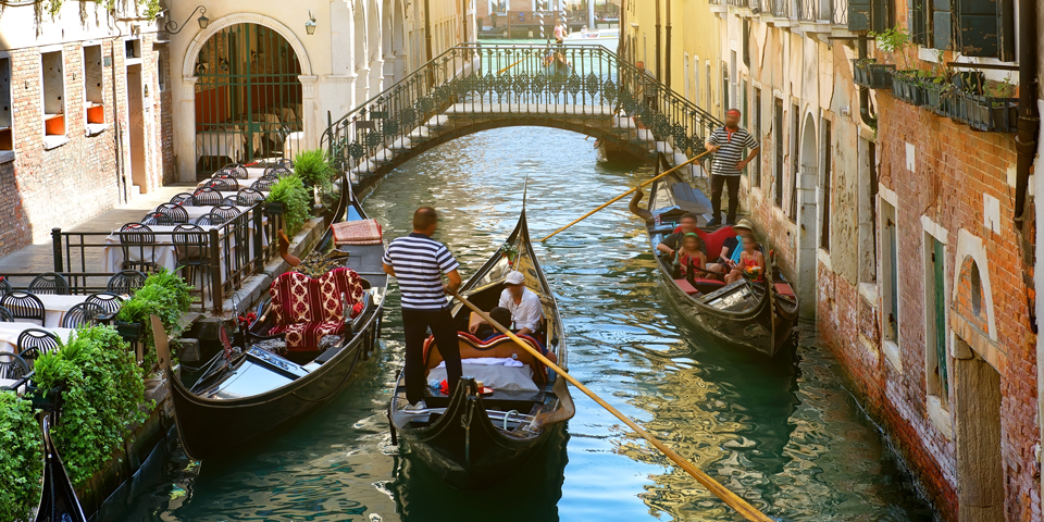 Gondoler i Venedigs kanaler.