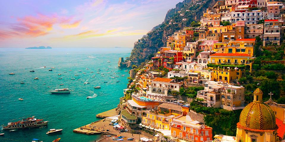 Positano ligger fantastisk op ad klipperne.