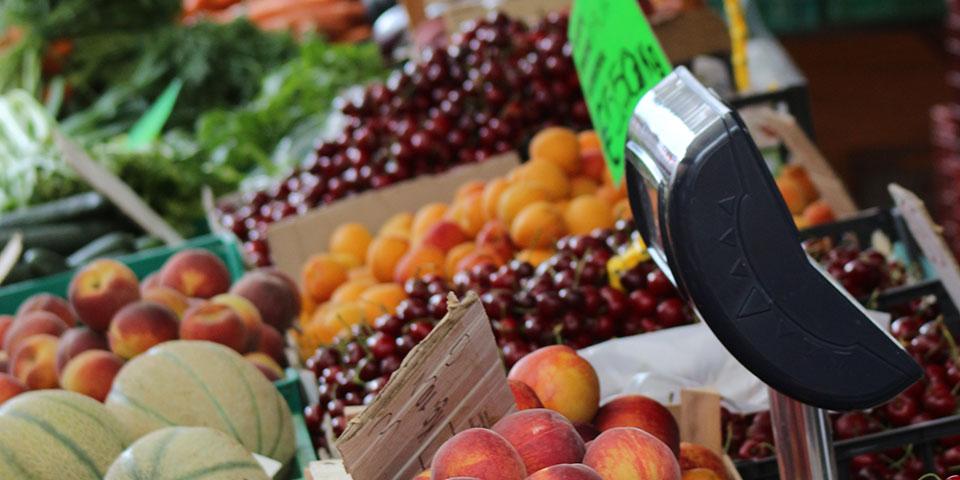 Lækker frugt på marked i Garda.