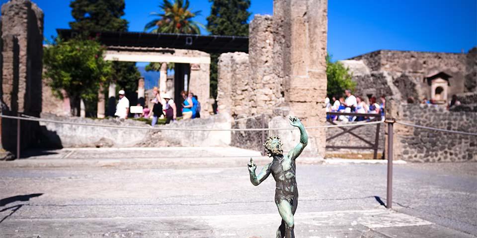 I den antikke by Pompeji mærker vi historiens vingesus.